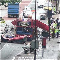 angegriffener Doppeldecker Bus