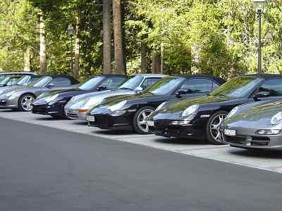 Porsche-Invasion auf dem Parkplatz des Waldhotel National
